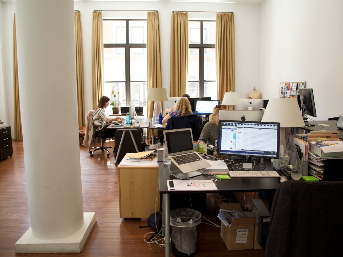 part-of-what-makes-the-space-feel-less-like-an-office-and-more-like-swanky-manhattan-apartment-are-the-curtains-on-the-windows