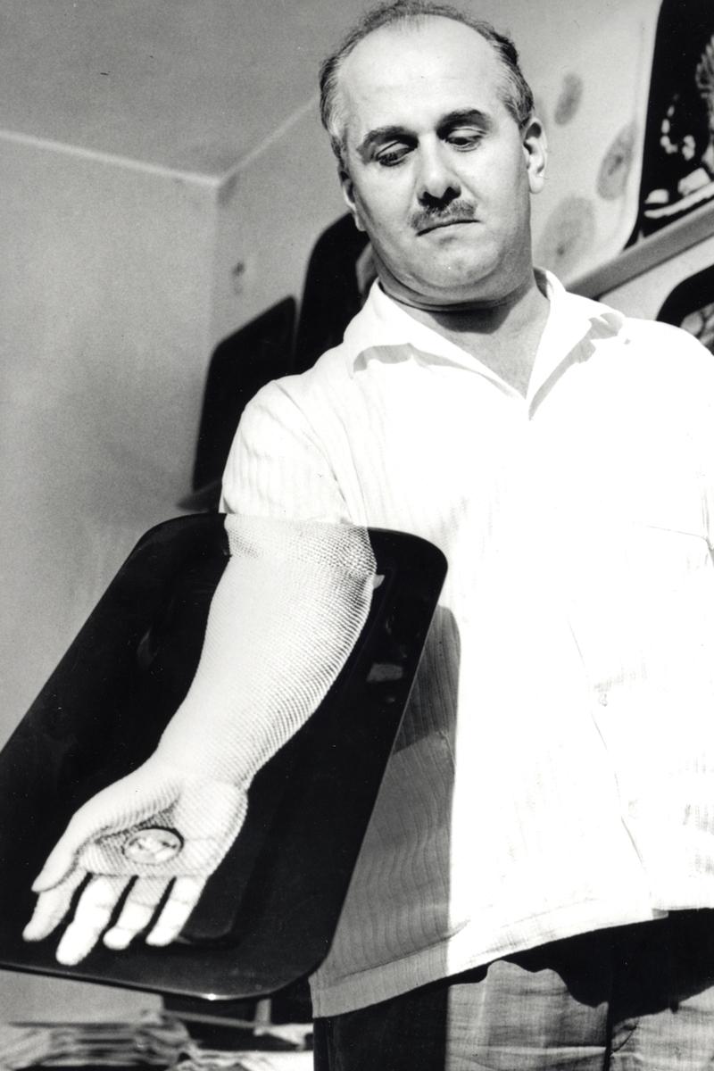 Piero-Fornasetti-con-vassoio-at-designisti