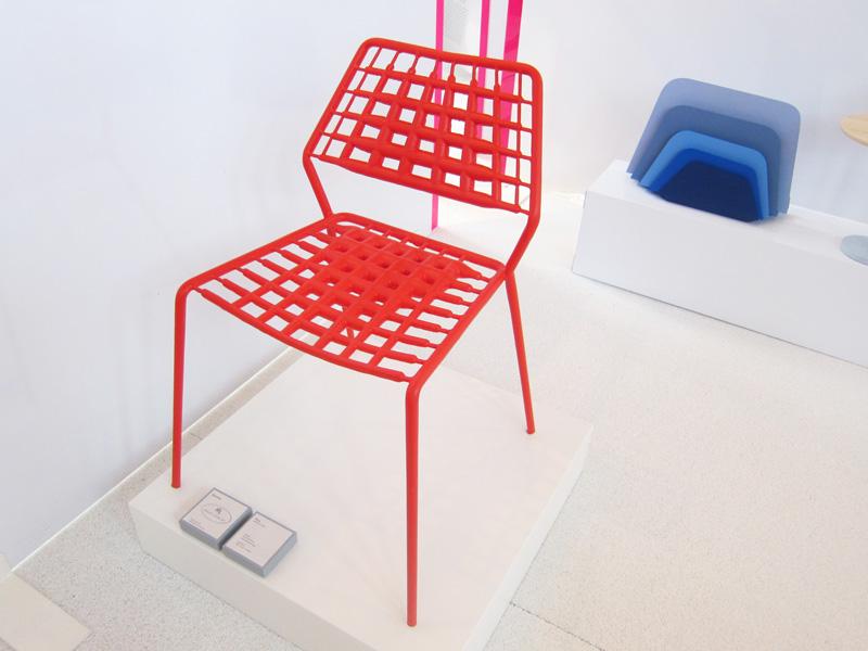 silvia-terhedebruegge-plue-wire-chair-niveau-newspaper-stand-designisti